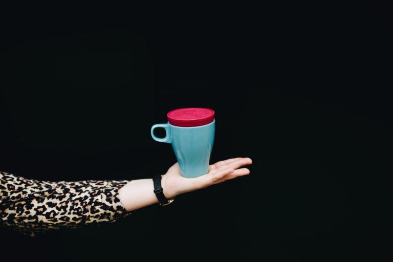 udo®, der erste Coffee-to-go Mehrwegdeckel, der auf fast alle Tassen passt